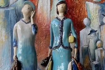 Udstilling: Dorthe Aggebo: Hattedamer i keramik og maleri