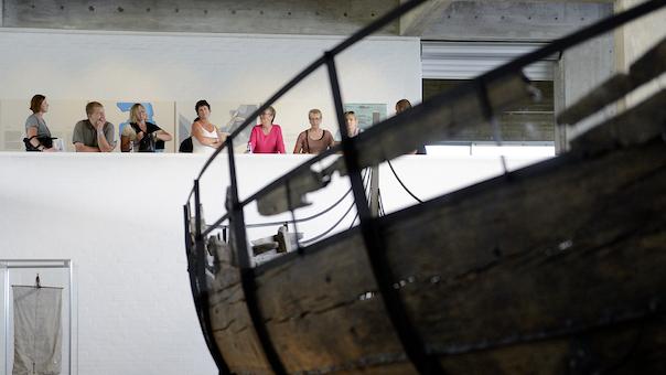 Indendørs rundvisning i Vikingeskibshallen